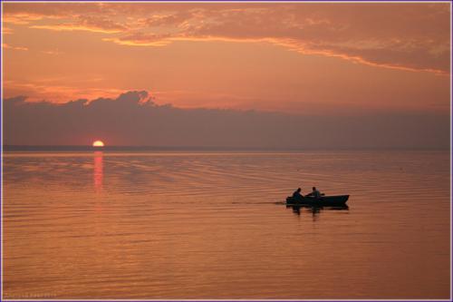 закат над морем. лодка