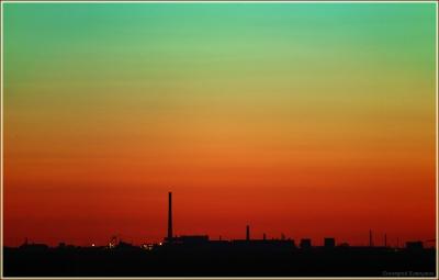 красивый закат. промышленный пейзаж с трубами