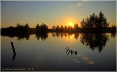 Красивый закат на озере Пырском