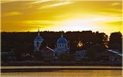 Желтый закат. Церковь на берегу озера. Летние пейзажи