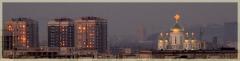 Фотографии закатов. Закат над городом. Храм в лучах заката