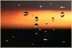 Фотографии закатов. Капли дождя на стекле на фоне заката