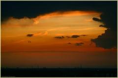 Красный закат. Черные тучи. Промышленный пейзаж. Трубы заводов. Фото закатов