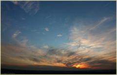 Красивое фото заката. Синее небо и перисные облака. Фото закатов