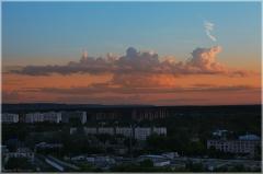 Розовые облака на фоне голубого неба. Как снимать закат зеркалкой