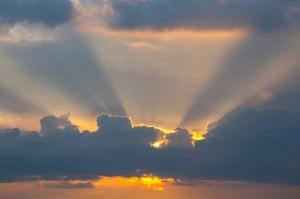 Летний закат. Лучи солнца сквозь тучи