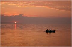 Спокойный отдых на море. Рыбаки в лодке. Морская рыбалка. Красивые фото закатов