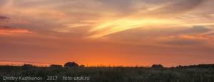Фото оранжевого заката. Деревня на краю света