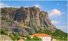 Скалы Метеоры. Греция. Городок у подножья скал