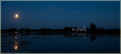Ночная панорама. Луна над озером. Монастырь на острове