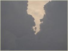 Две тучи встретились в небе. Фото неба и облаков