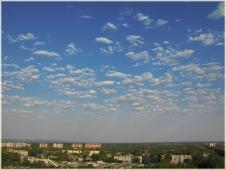 Легкие белые пушистые перистые облака и синее небо. Летний день. Фото неба и облаков