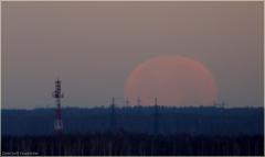 Огромная Луна на горизонте