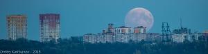 Огромная луна восходит из-за горы