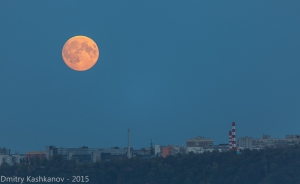 Фотография Луны на фоне городского пейзажа
