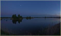 Тихая ночь над озером. Отражение луны в воде