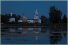 Синие сумерки. Фото монастыря на берегу озера. Ворсма. Нижегородская область