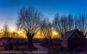 Яркий осенний закат на краю деревни
