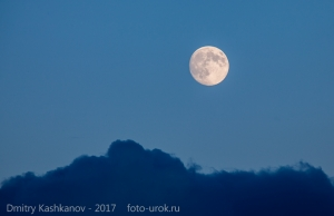 Фото Луны над синими облаками