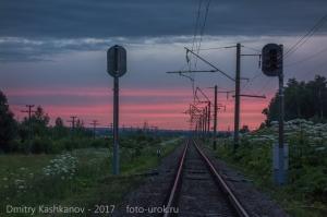 Ночь на железной дороге. Отражения заката в рельсах