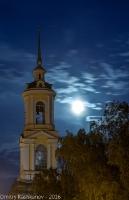 Ночная фотография с Луной и колокольней