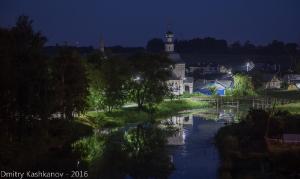 Река и ночь. Фото ночного Суздаля