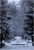 Фото зимнего парка. Фонтан под снегом
