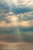 Солнечные лучи сквозь тучи. Белое море