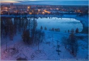 Синий вечер с кругами на первом снегу