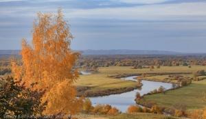 Осенний пейзаж с рекой и тучами