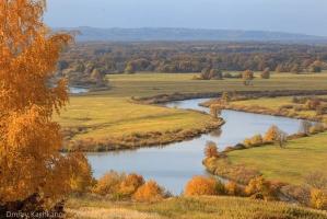 Красивый осенний пейзаж с рекой
