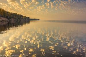Отражение облаков в Горьковском море. Фото