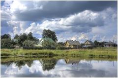 Деревенский пейзаж. Отражение облаков в пруду