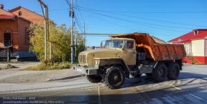 Поселок Тазовский. Самосвал Урал