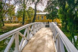 Горбатый мостик и господский дом в усадьбе Пушкина