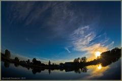 Темная закатная фотография. Закат над озером. Летние пейзажи